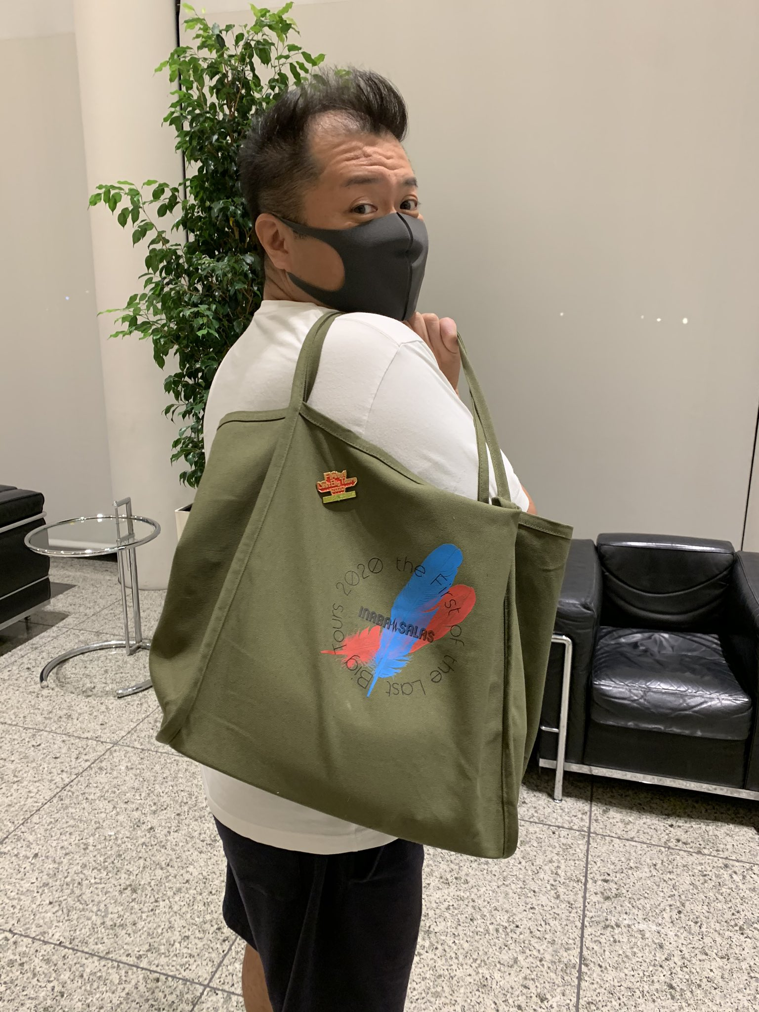 小杉竜一がINABA / SALASのトートバッグを使用している画像