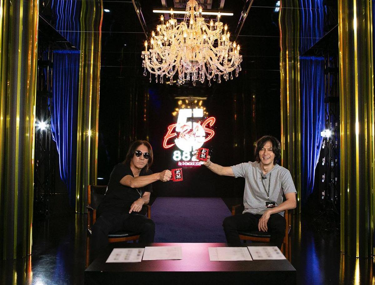 """B'z公式SNSで公開された松本孝弘と稲葉浩志の""""マグカップ乾杯""""写真"""