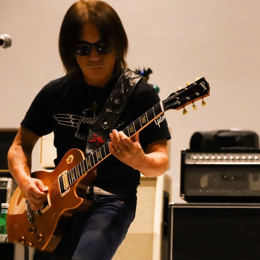 無観客配信ライブ『B'z SHOWCASE 2020 -5 ERAS 8820- Day1~5』のリハーサルでギターを弾く松本孝弘(Gt.)