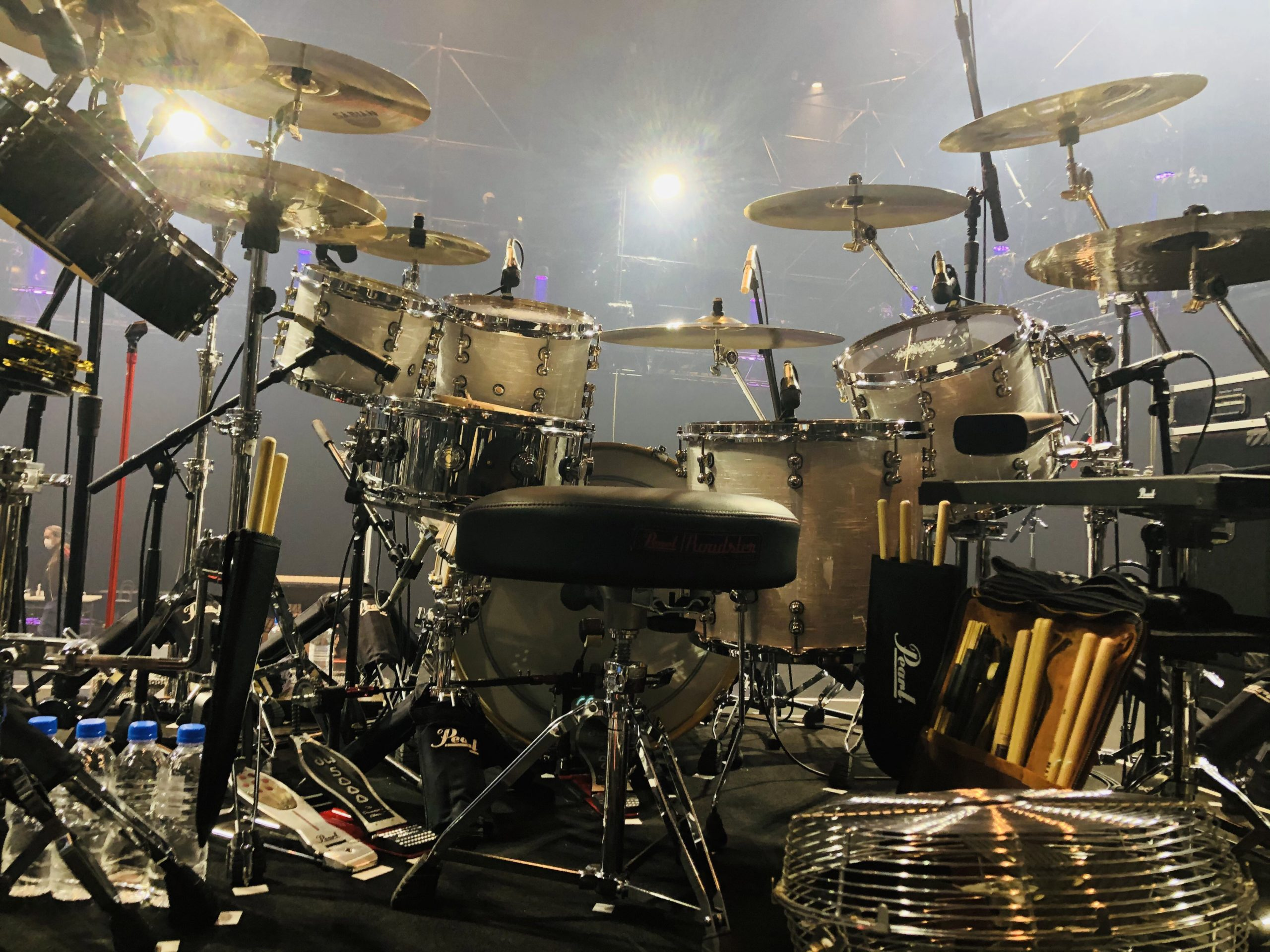 田中一光のTwitterに投稿されたB'z無観客配信ライブでのドラムセットの写真