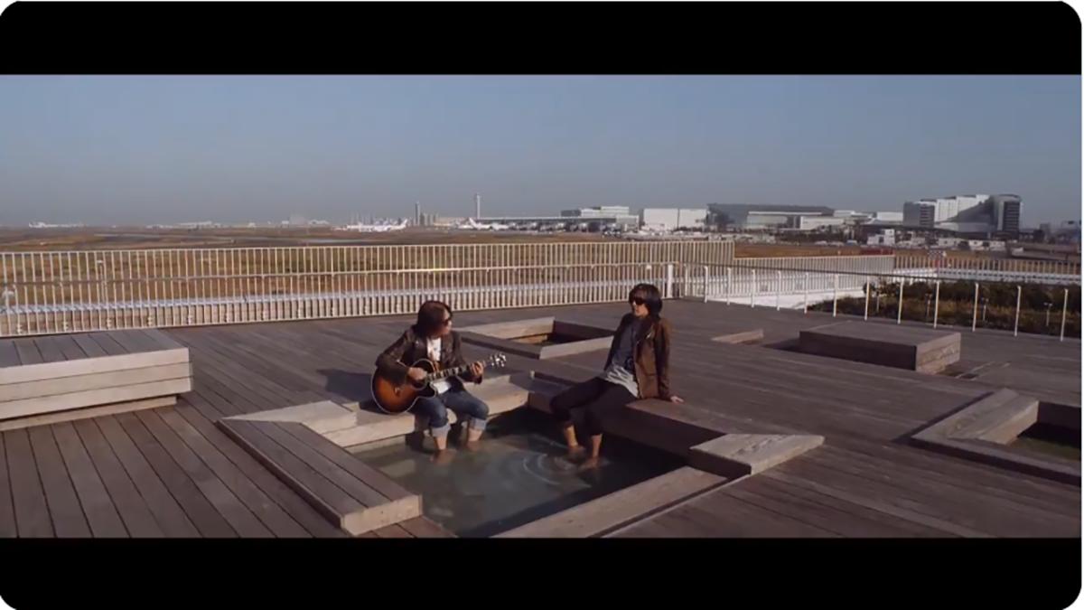HANEDA INNOVATION CITYの足湯に浸かり「マジェスティック」を演奏するB'zの写真