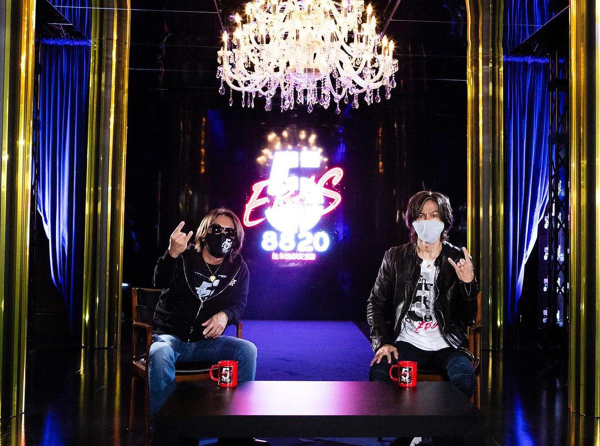 B'z公式SNSで公開された松本孝弘と稲葉浩志のオフィシャルグッズ「マスクケースセット」着用写真