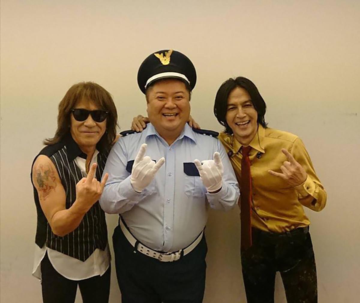 B'z公式SNSで公開された警備員姿のライブシークレットゲスト・小杉竜一とB'zのスリーショット
