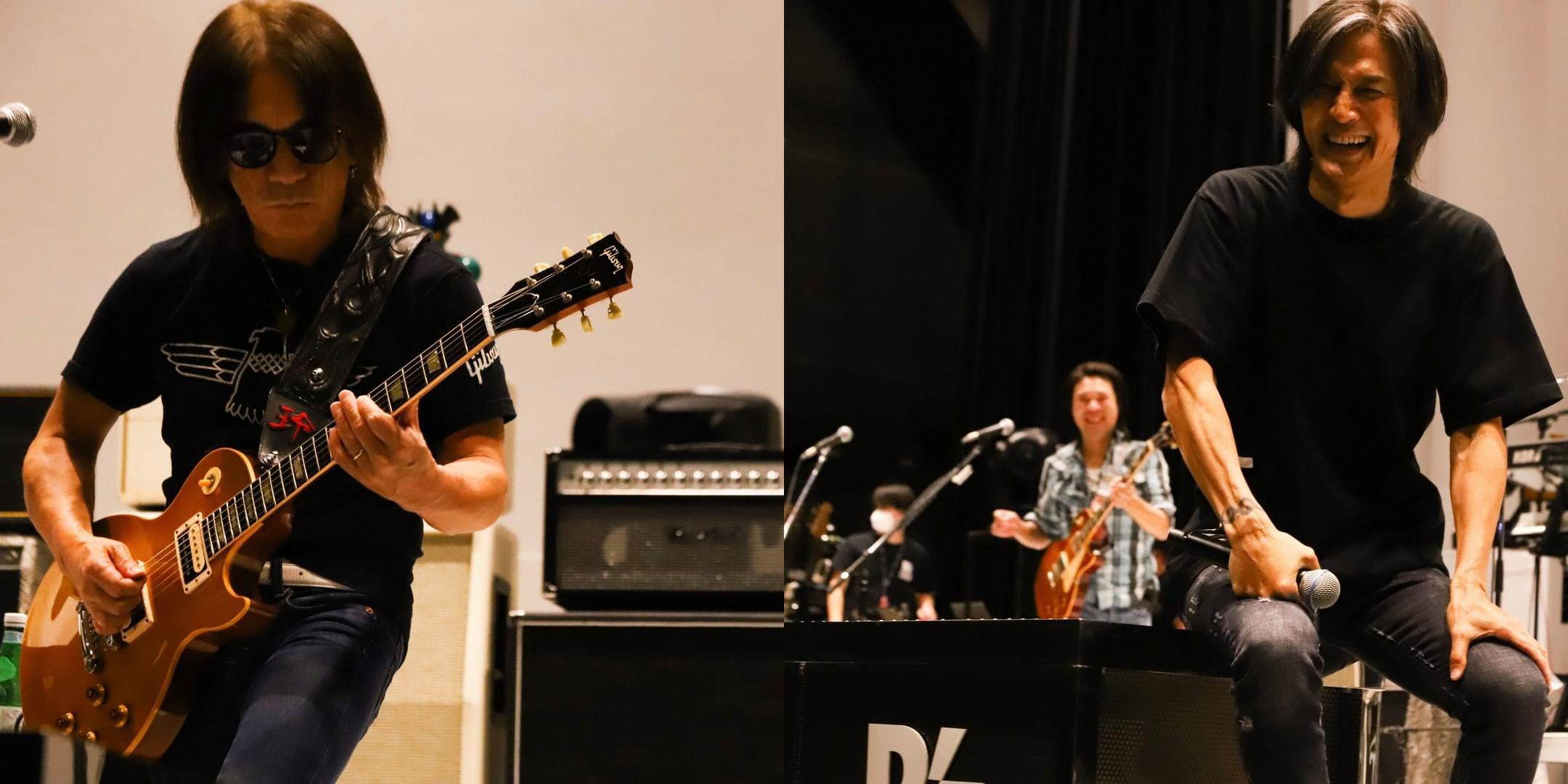 無観客配信ライブ『B'z SHOWCASE 2020 -5 ERAS 8820- Day1~5』のリハーサルに臨む松本孝弘(Gt.)と稲葉浩志(Vo.)の写真