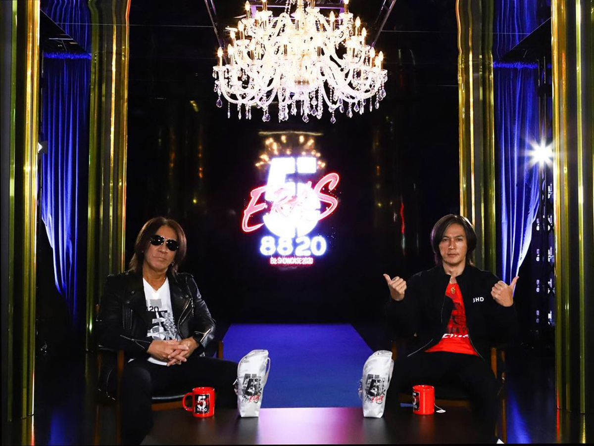 B'z公式SNSで公開された松本孝弘と稲葉浩志のツーショット