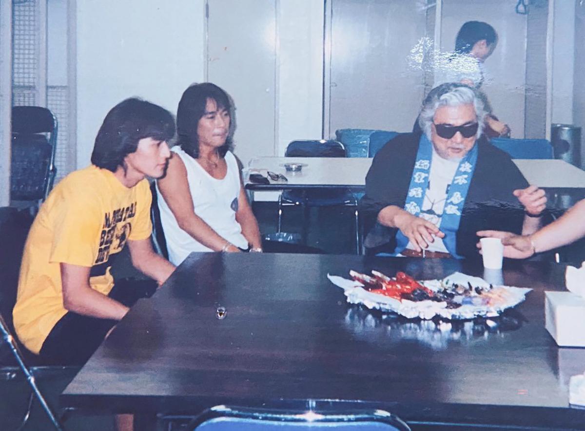 "『B'z LIVE-GYM Pleasure '95 ""BUZZ!!""』の楽屋で稲葉と松本に差し入れする勝新太郎"