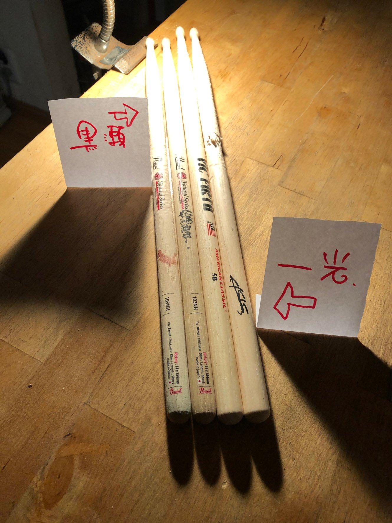 B'z配信ライブで使用した、黒瀬蛙一と田中一光のドラムスティックの写真