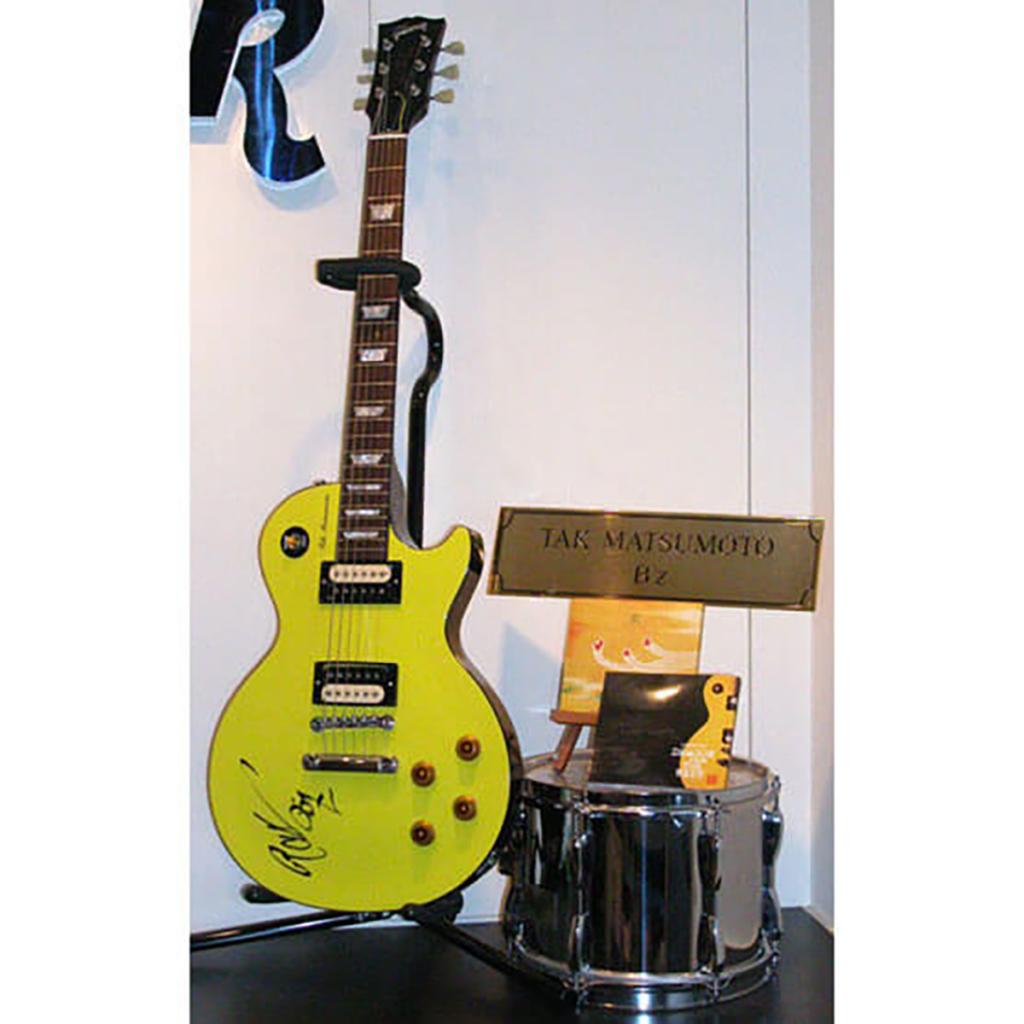 「ハードロックカフェ 大阪」の店内に展示された松本孝弘のシグネイチャーモデル・ギター