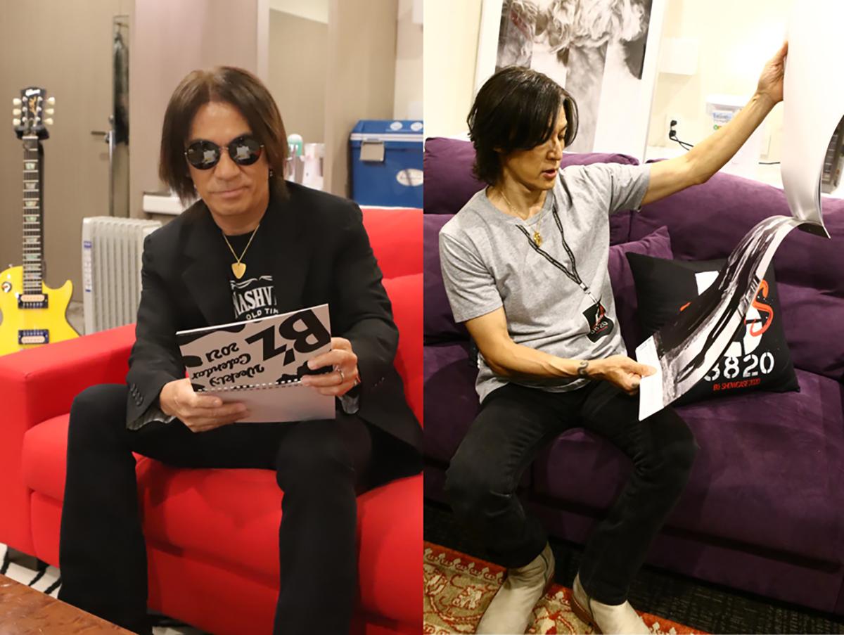 Zepp Haneda(TOKYO)の楽屋で「B'zカレンダー2021」を確認する松本孝弘と稲葉浩志の写真
