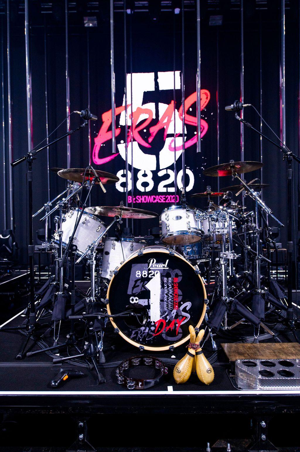 B'z配信ライブ『B'z SHOWCASE 2020 -5 ERAS 8820- Day1~5』のドラムセットの写真