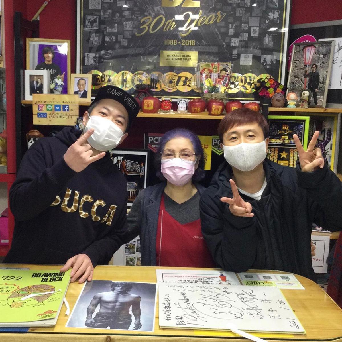 イナバ化粧品店を訪れた河本準一、ハロー植田の写真