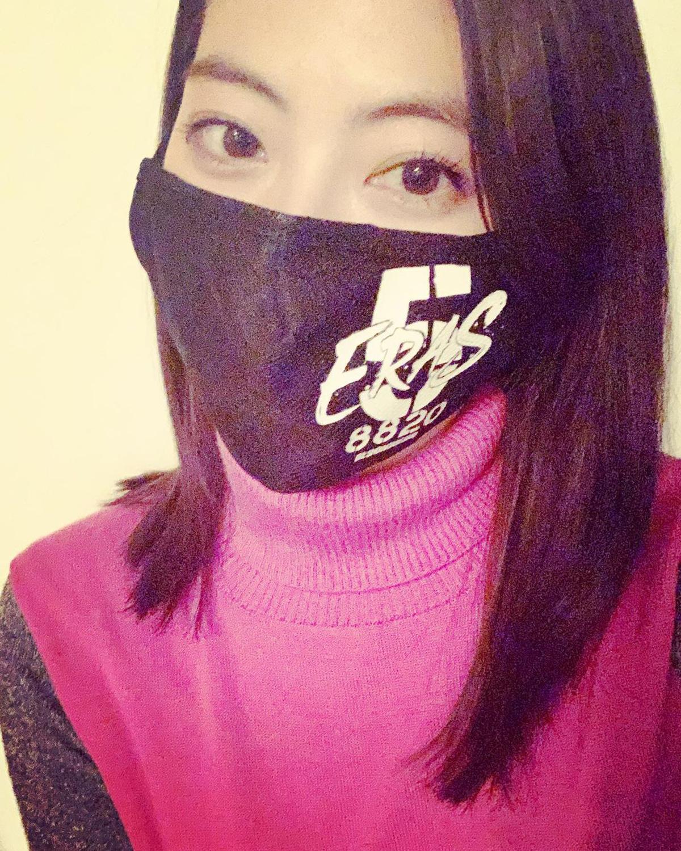 瀧本美織がB'zの配信ライブ仕様マスクを着用している画像