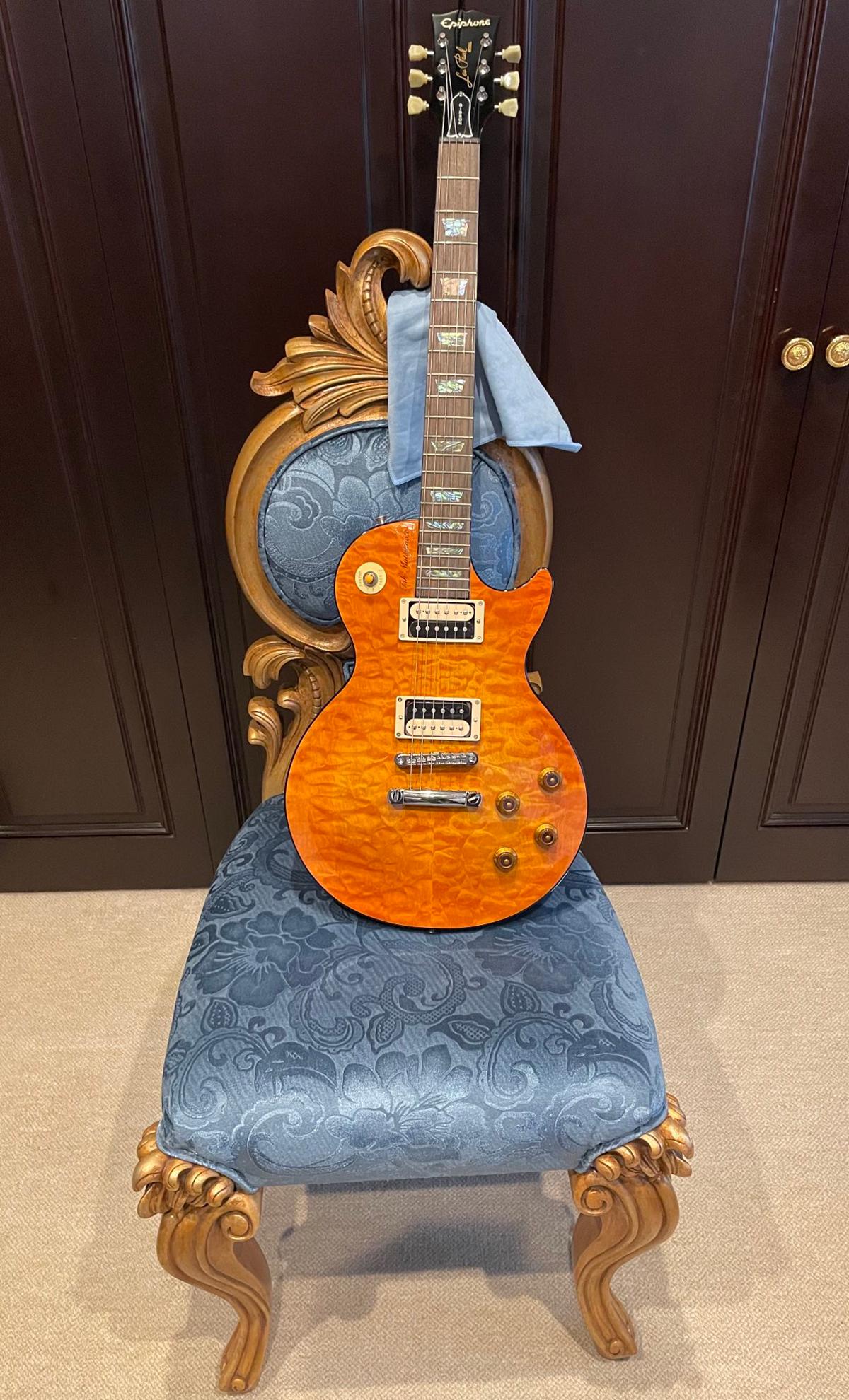 飯森範親がB'z松本孝弘にプレゼントされたギターの写真