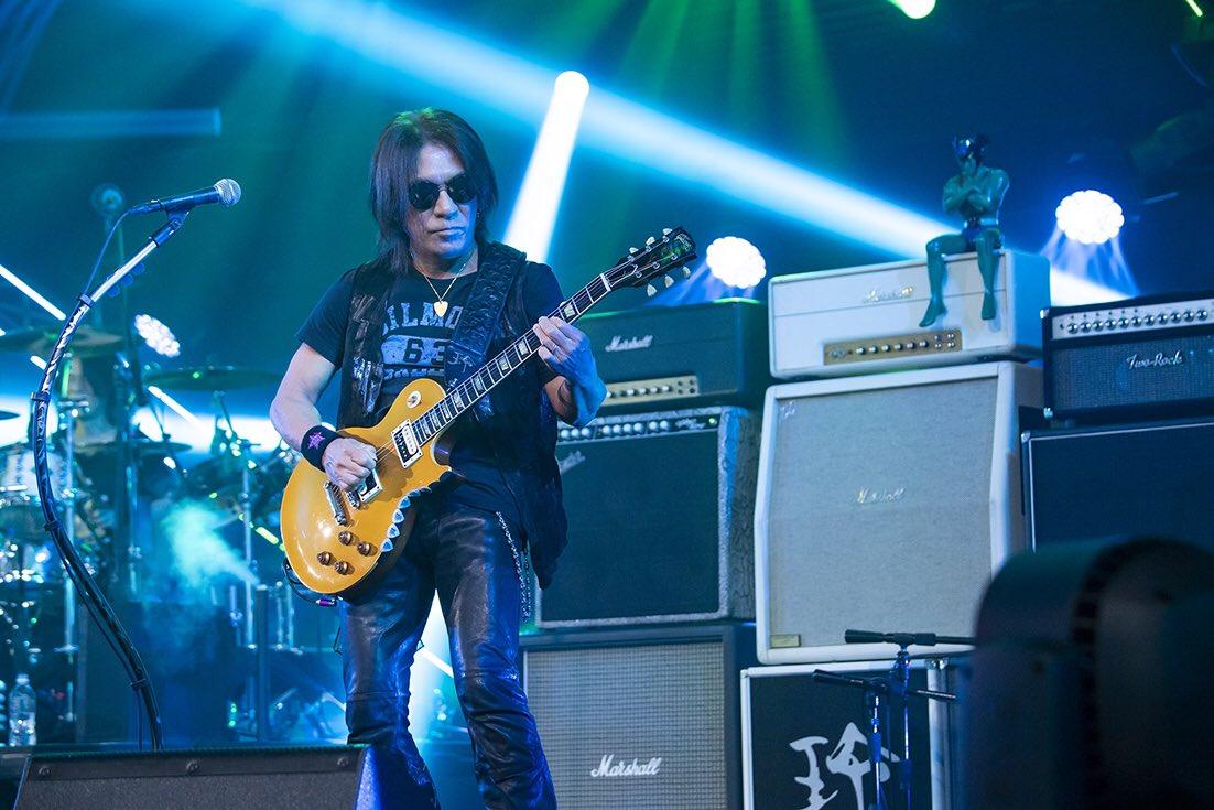 B'z松本孝弘とギターアンプの上に鎮座するデビルマンの写真