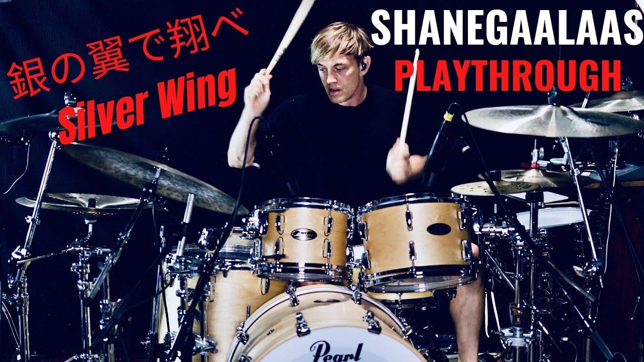 シェーン・ガラースがB'z「銀の翼で翔べ」をドラム演奏する動画のサムネイル