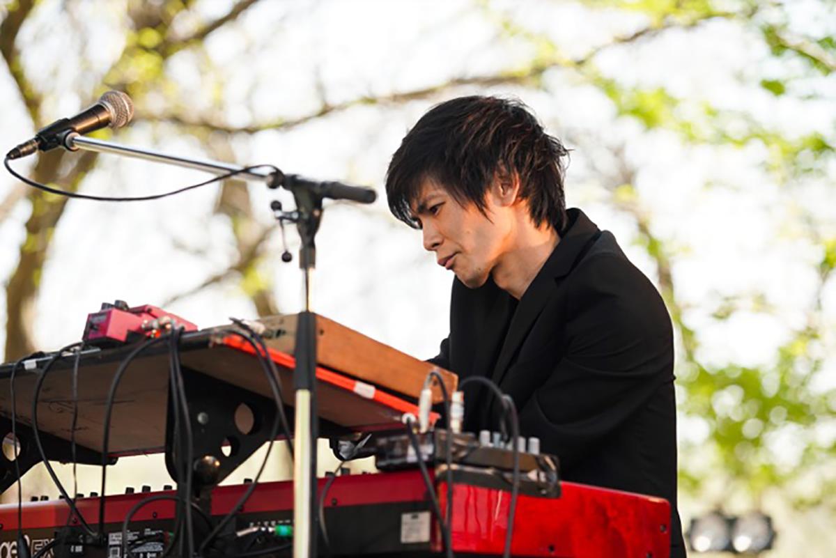 B'zの『AVACO STUDIO』でのスタジオライブに参加したキーボード・山本健太の写真