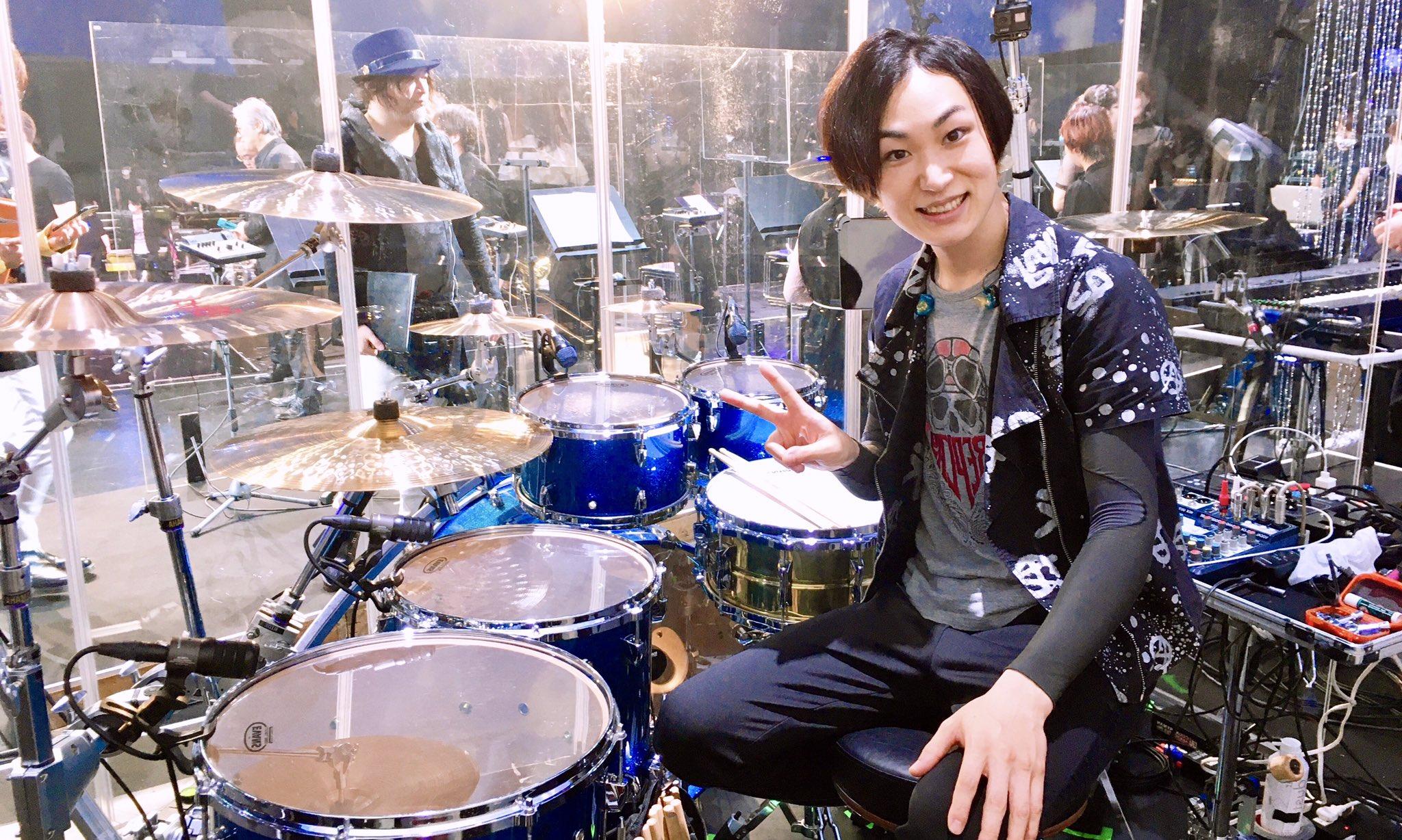 B'zのライブにサポートメンバーとして参加するドラマー・青山英樹の画像