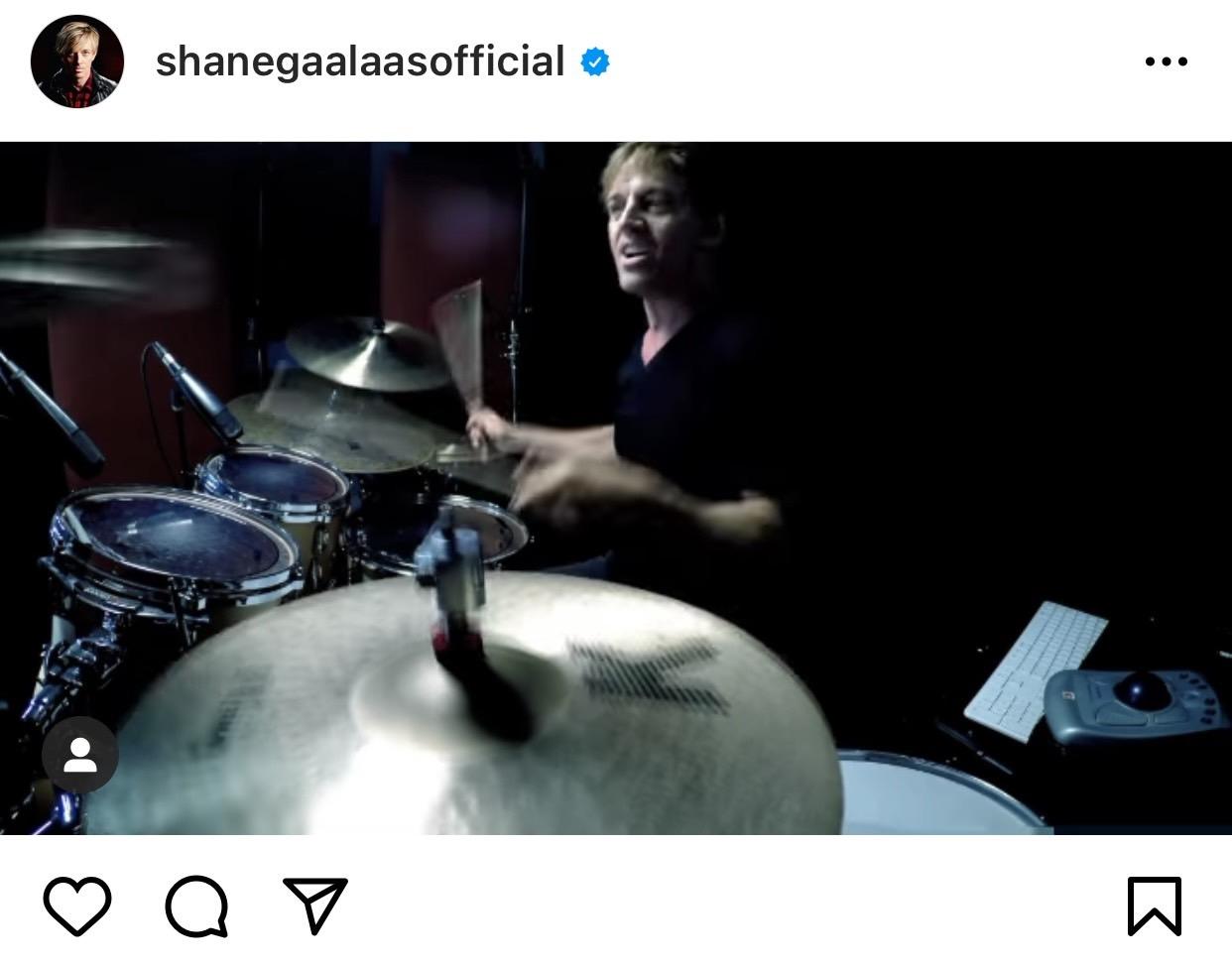 シェーン・ガラースがB'z「STAY GREEN 〜未熟な旅はとまらない〜」のドラム演奏をしている動画