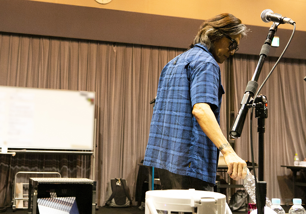 『B'z presents UNITE #01』のリハーサルに臨むヴォーカル・稲葉浩志の写真