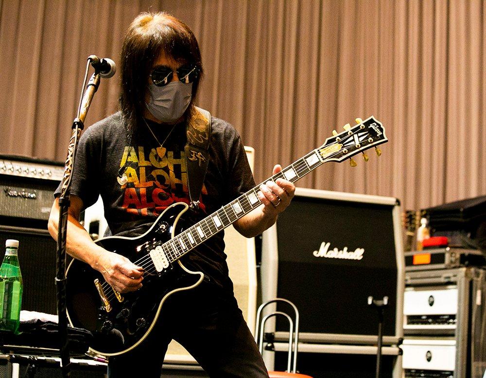 『B'z presents UNITE #01』のリハーサルに臨むギター・松本孝弘の写真